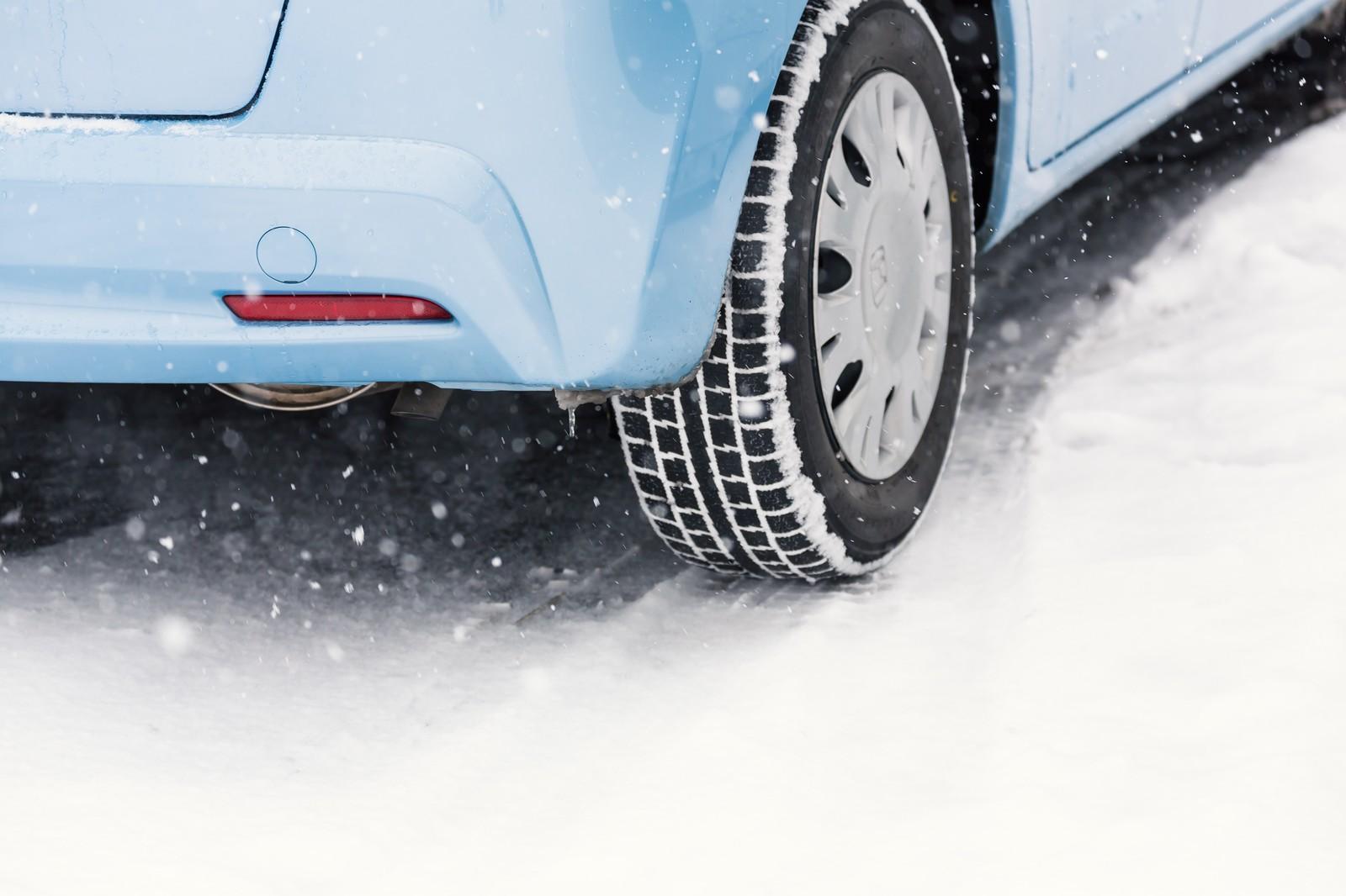 2WD(FF)のセダンで雪道は走れる?4WDとの走行性能も比較