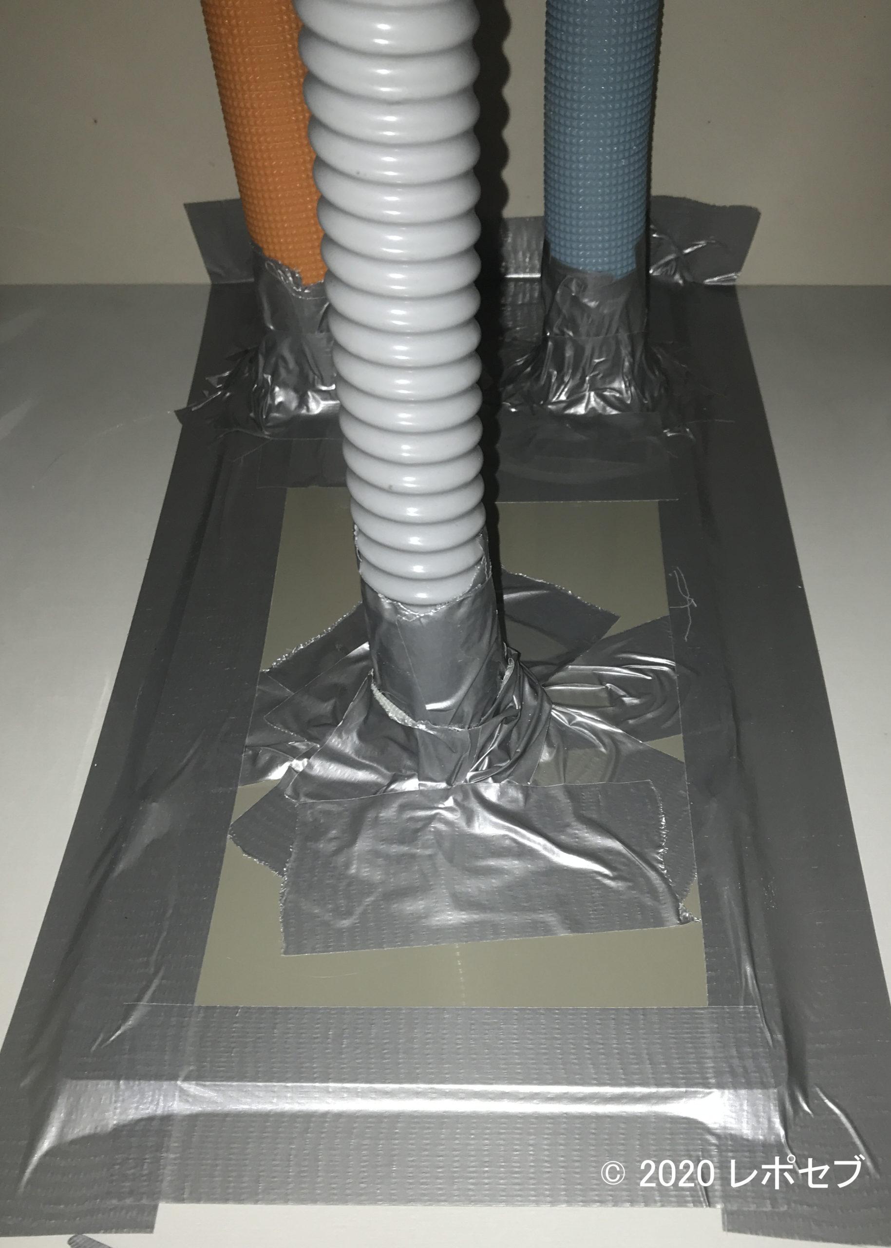 排水パイプを養生テープで処理